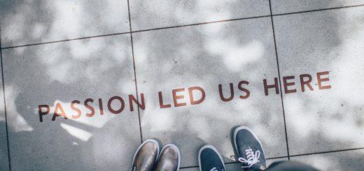 """Katukiveyksessä teksti """"Passion led us here"""" ja jalkoja."""