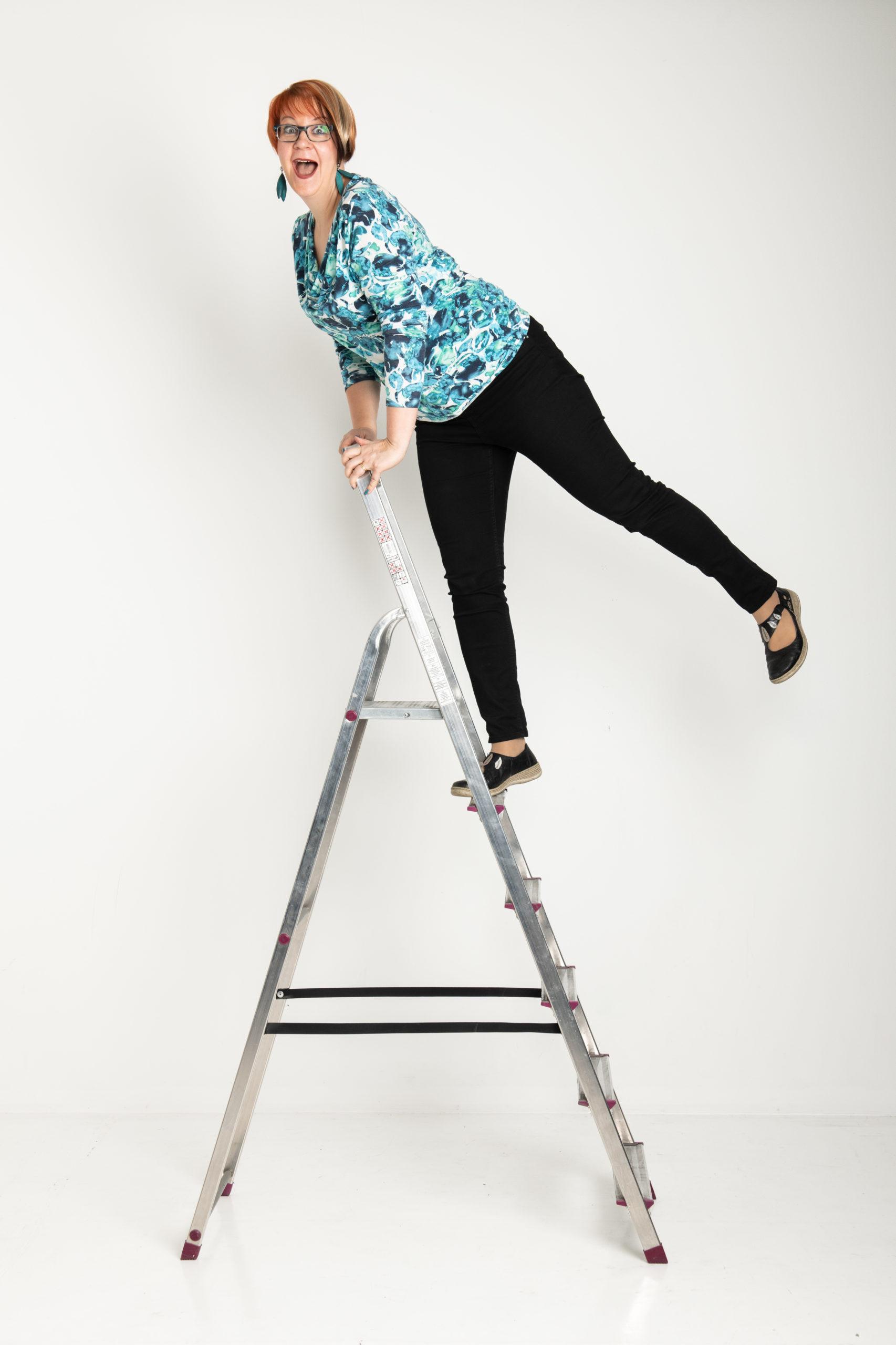 Henkilö nauraa tikkaiden huipulla.