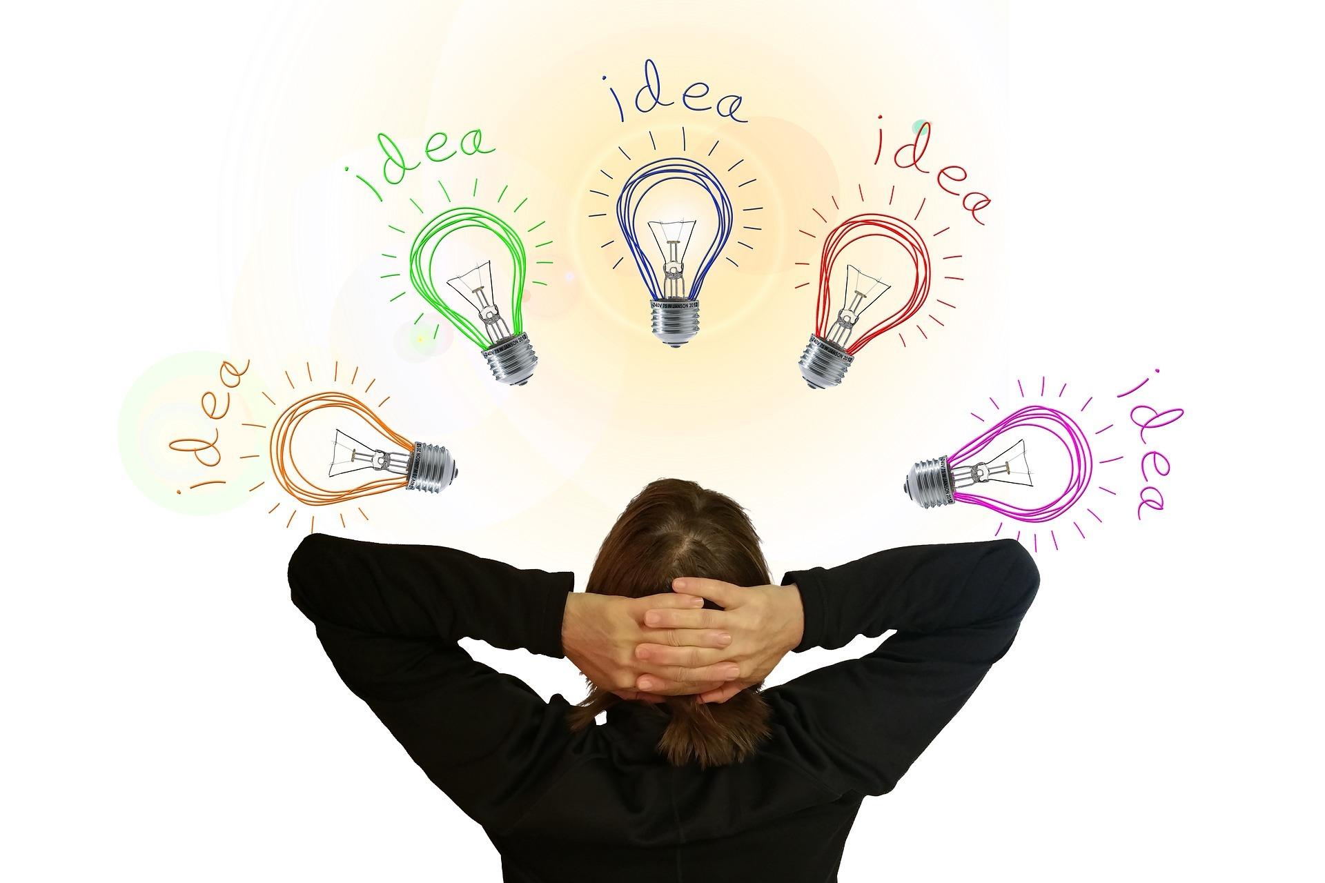 Henkilön pään päälle piirrettynä viisi kertaa hehkulamppu ja teksti idea.