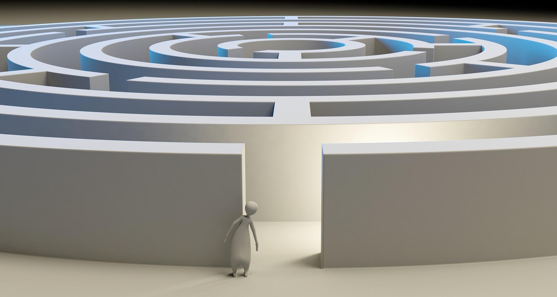 Hahmo astumassa sisään ympyrän muotoiseen labyrinttiin.