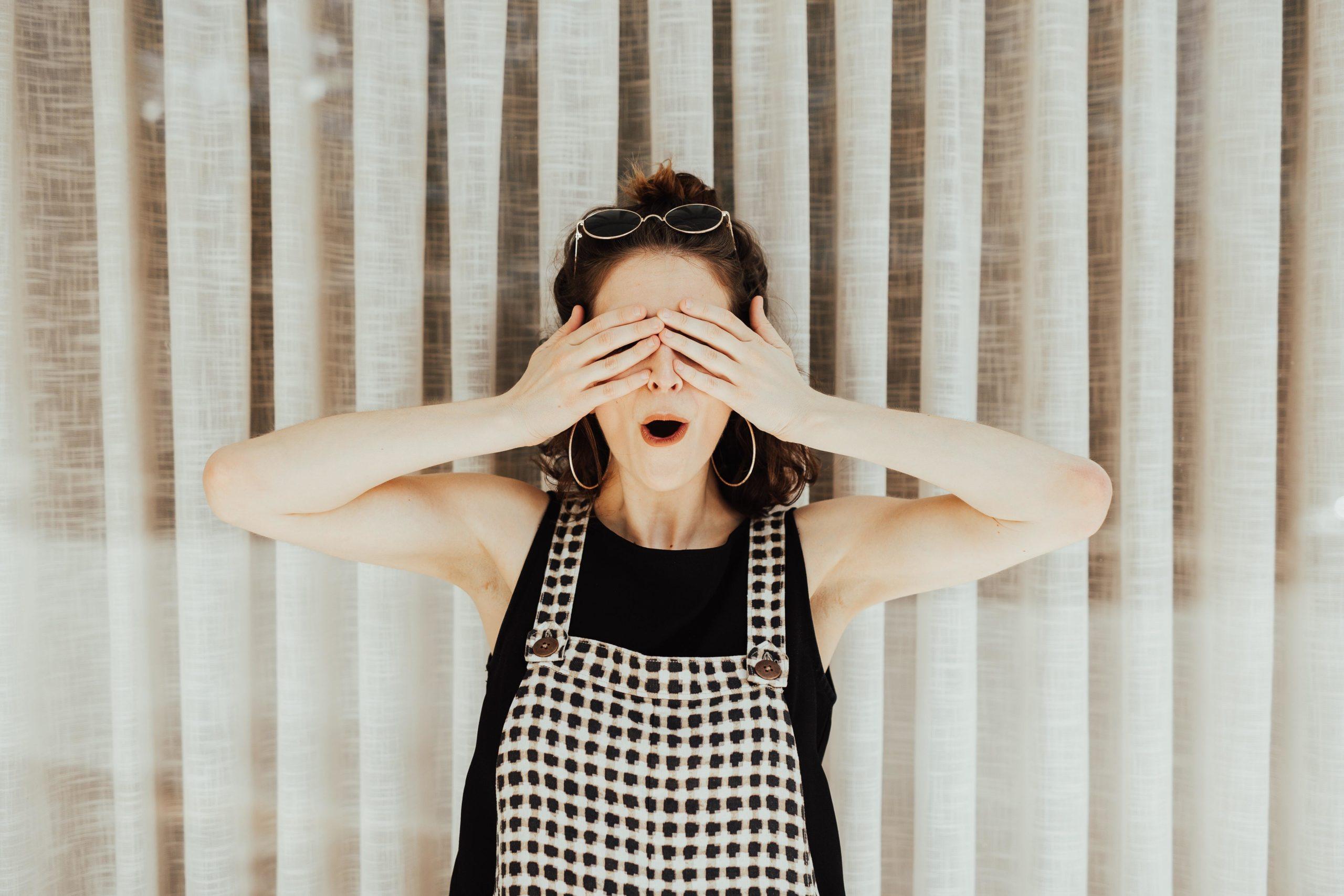 Nainen kädet silmillä