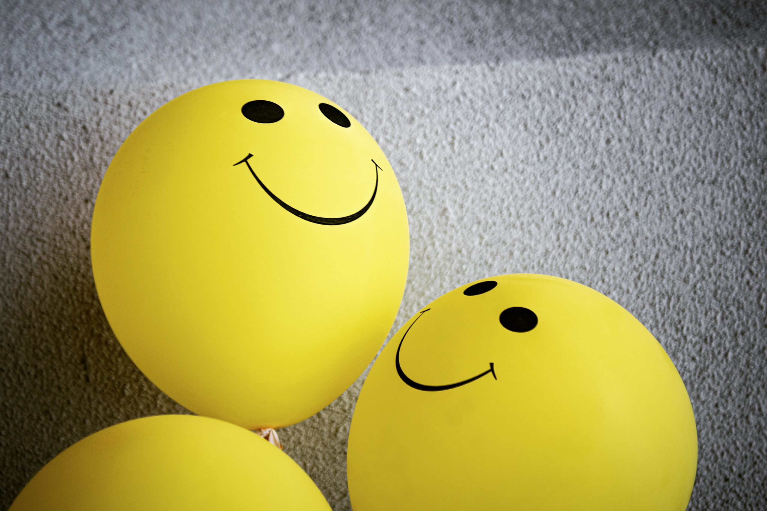 Hymyilevät keltaiset ilmapallot