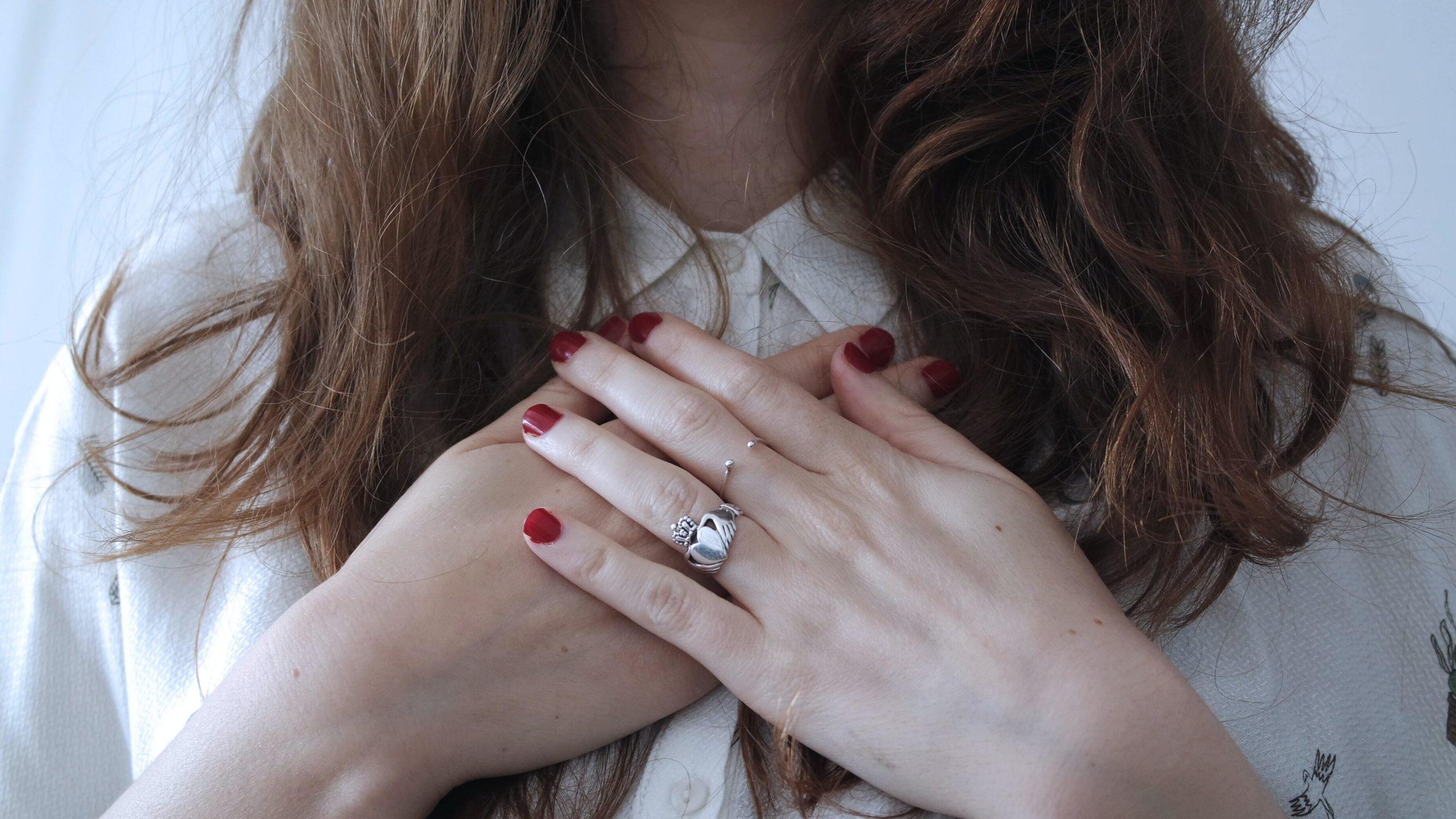 Naisen kädet