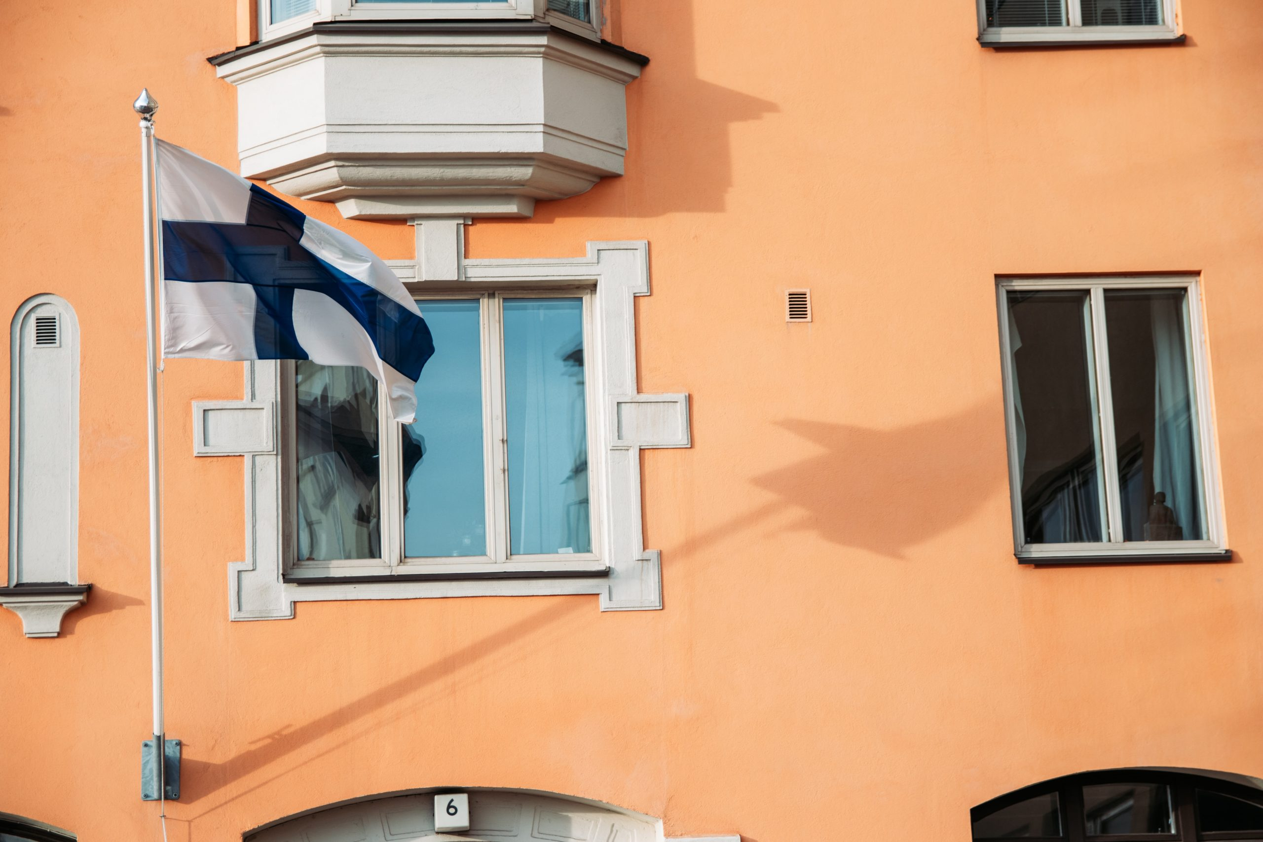 Taloja ja Suomen lippu