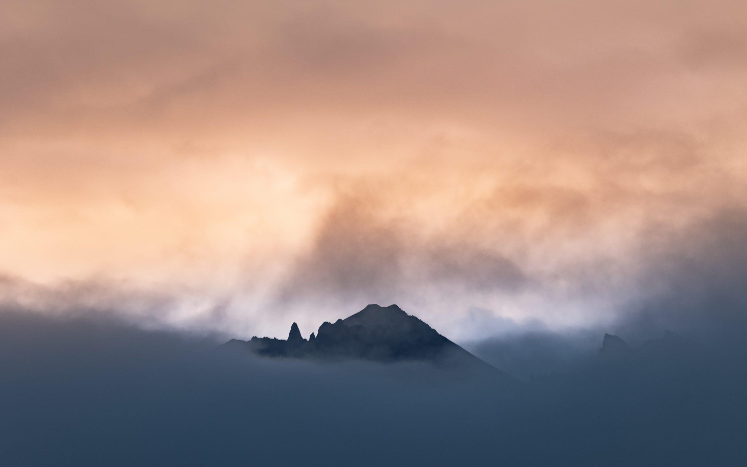 Musta vuori ja pilviä